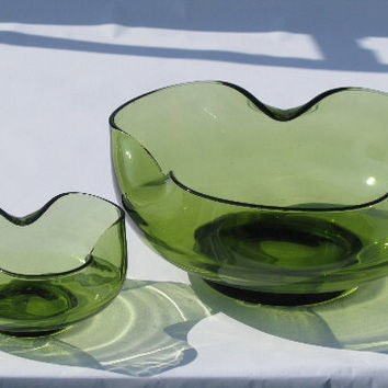 Mod pinched shape avacado green glass serving bowls, 60s vintage housewares home decor bowl set, retro green color