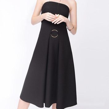 The new strapless black strapless dress wraps the long skirt in the breast