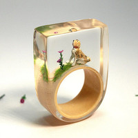 Loyal friend – unique ring with a dog, two flowers and grass on a beige ring in resin for dog lovers