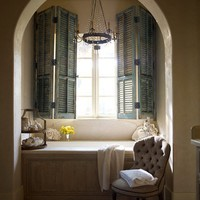 chandelier+over+the+tub+and+the+shutters.jpg (Immagine JPEG, 500x616 pixel) - Riscalata (94%)