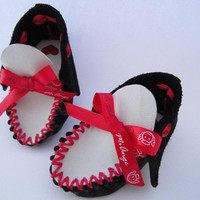 baby moccasins, handmade in black & white leather with a special ribbon - Mi Ange Mi Demon...