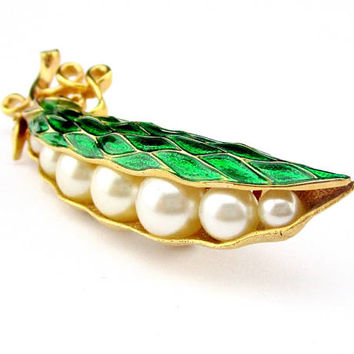 Brooch Trifari Emerald Green Pearl Pea Pod