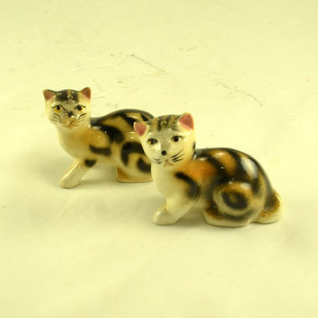 Cat Salt Pepper Shakers - Tiger Striped Tabby Cats - Vintage Pottery Kitsch