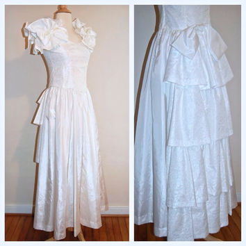 1980s Wedding Gown Puffy Sleeves Lovely Bows Tiered Train Lace Bodice Bridal Dress size 4/6