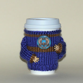 Harry Potter inspired coffee cozy Ravenclaw badge Hogwarts house uniform Starbucks cup holder Hand knit Blue bronze colors. Cup sweater