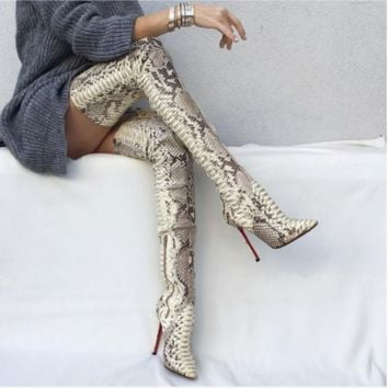 The new fashion snake has a knee-high, sexy, high-heeled women's shoes