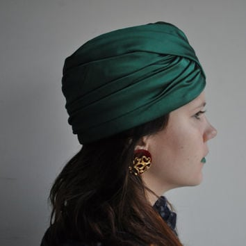 1960's Green Hand Pleated Turban Flapper Wrap Silk Satin Style Cap Hat