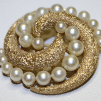 Vintage Trifari Pearl Brooch Retro by patwatty on Etsy