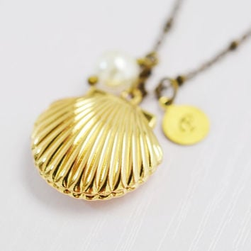 sea shell locket,clam locket,ocean jewelry,bridesmaid necklace,nautical mermaid locket,keepsake,sister necklace,handstamped initial jewelry