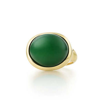 Tiffany & Co. - Elsa Peretti® Cabochon ring in 18k gold with green jade, 15 mm wide.