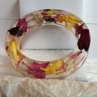 Unique and original resin bracelet bangle. Genuine flowers dried and suspended in resin. Unique botanical jewelry. Handcrafted with love.