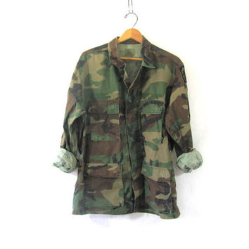 20% OFF SALE...Vintage men's military green camoflauge army long sleeve shirt jacket camo coat with patch // size Medium