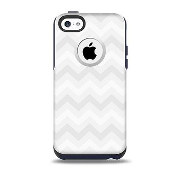 The Faded White Zigzag Chevron Pattern Skin for the iPhone 5c OtterBox Commuter Case