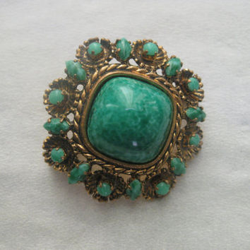 Sumptuous Vintage green Peking glass brooch, green cabochon stone, green brooch, Peking glass bead, emerald green jade,