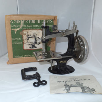 Singer Model 20 - Toy Sewing Machine, 1914 Model, Original Box, Clamp, Instructions, Spiral spoke model, antique