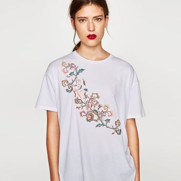 T-SHIRT WITH FLORAL EMBROIDERY DETAILS