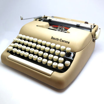 Cream Colour Vintage 1950s Smith Corona Clipper Mechanical Typewriter. In Very Good Condition.