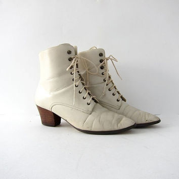 vintage 80s white leather lace up ankle boots. victorian granny booties.
