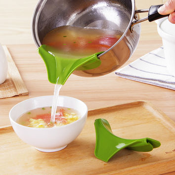 Anti-spill Kitchen Gadget Silicone Slip On Pour Spout On Single Free for Pots Pans and Bowls and Jars Kitchen Tool