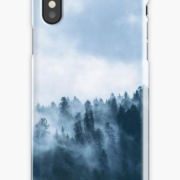'Fog Forest Mointain' Coque et skin iPhone by Creative-World