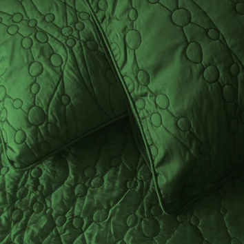 "Cotton emerald twin size quilted bedspread with 2 pillows in size 108""x90"" and 20""x26"""