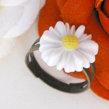 Adjustable brass ring, white daisy flower