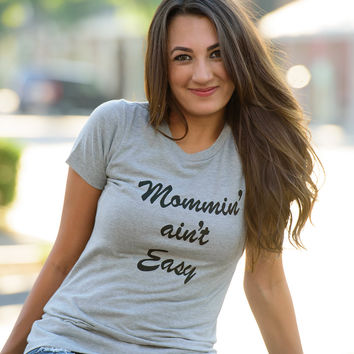 MOMMIN' AIN'T EASY GRAPHIC PRINT TEE- GRAY