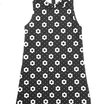 Bring the 60's into '16 with our graphic monochrome flower print! This sassy mini shift dress with a ultra cute matching fabric (Black/White Daisy Print) collar detail is a must have this season, sleeveless, and finish with hidden back zip and eye hook clo