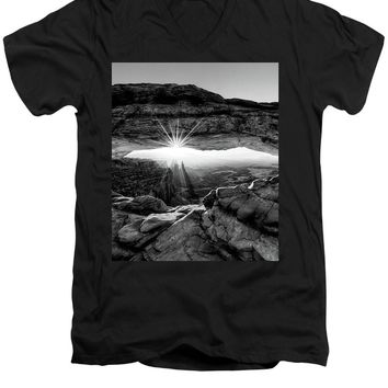 Supernatural West - Mesa Arch Sunburst In Black And White - Men's V-Neck T-Shirt