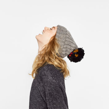 SUPERSIZE KNIT POMPOM HAT DETAILS
