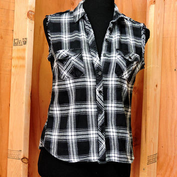 Sleeveless flannel shirt size M / 90s black / white frayed flannel /  flannel sleeveless / grunge / western / country festival