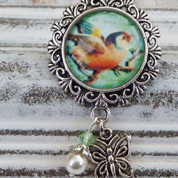 Small brooch in silver with beautiful bird motif, animal brooch, brooch summer, natural brooch, Shell pearl, round brooch
