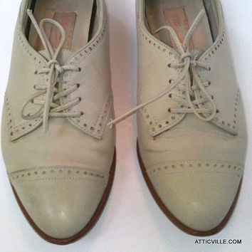 Vintage Bone Colored Leather Oxford Shoes for women by Etienne Aigner. 80s Off White lace up flats.  7 M