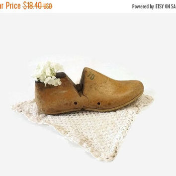 ON SALE - Wood Shoe Form, Vintage Cobbler Shoe Mold 7D Size, Primitive Home Decor