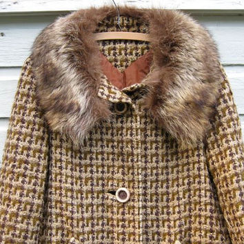 STOREWIDE SALE... 60s oversized brown boucle coat with fur collar.