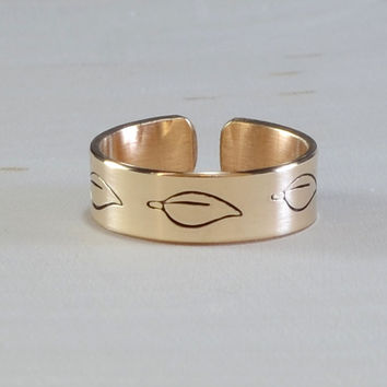 Toe ring handmade in 14K yellow gold with leaf design