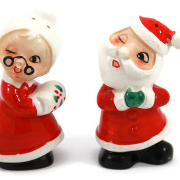 Kissing Santa and Mrs. Claus Salt and Pepper Shakers, Vintage Salt and Pepper Shaker Christmas Decoration