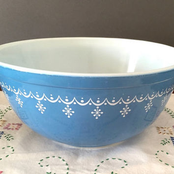 Blue Pyrex Snowflake Garland Mixing Bowl, #403 2.5 Qt. Mixing Bowl, Vintage Blue and White Pyrex, Kitchen Baking