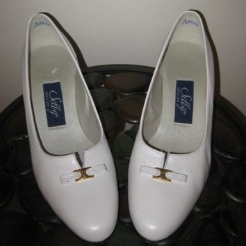 Vintage 80s White Leather Shoes / Wedding Heels / Low Heel Pumps / size 7
