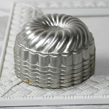 Gelatin Tins Vintage Aluminum Set 6 , Individual Molds for Jellos , Small Round Tin Molds with Fluted Swirl Pattern