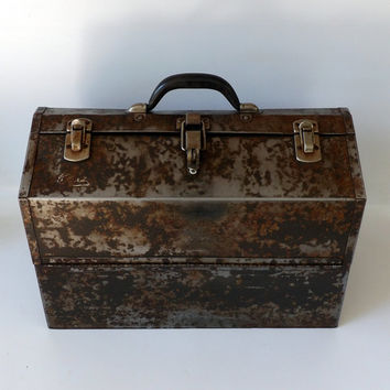 Kenndey Tool Box Rusty Vintage Chippy Metal Makeup Case Essential Oils Storage Toolbox Antique Patina Display Workshop Garage Man Cave Room