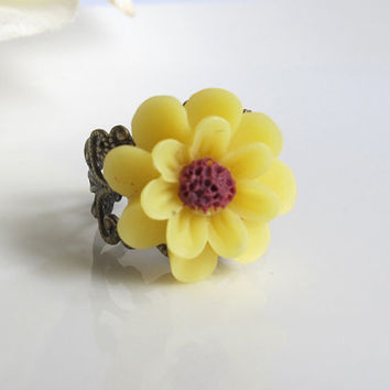 Yellow Daisy Ring. Victorian Filigree Antiqued Bronze Flower Ring. Adjustable Spring Summer Floral Cocktail Ring, Wedding Bridesmaid Gift