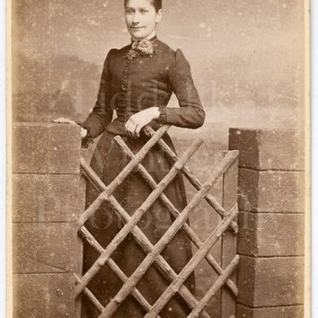 CDV Photo Carte de Visite Victorian Young Pretty Slim Smiling Woman, Latticed Gate Portrait - J W Thomas of Hastings Sussex - Antique