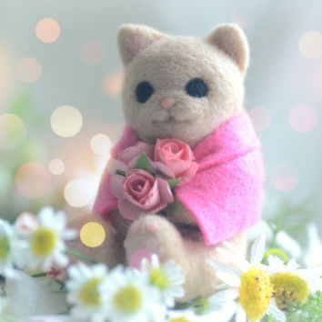 Needle felt wool cat figurine, handmade cat doll, beige color kitty in poncho with rose bouquet pocket doll, kids gift, gift under 30