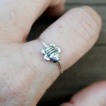 Adjustable Wire Ring Spinning Tiny Bumble Bee