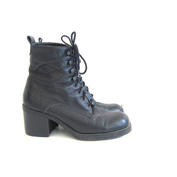 Vintage black leather ankle boots. Lace up boots. granny boots. women's shoes size 7