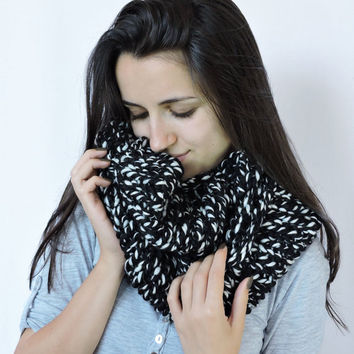 FREE SHIPPING Cozy scarf Chunky knit neck warmer Merino wool Black white Infinity scarf Knit loop scarf Womens winter wrap Long unisex scarf