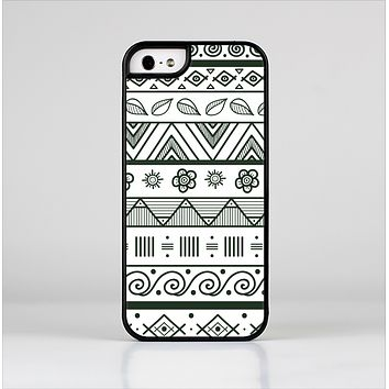 The Black & White Floral Aztec Pattern Skin-Sert Case for the Apple iPhone 5/5s