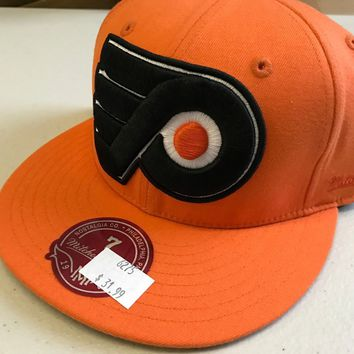 NWT PHILADELPHIA FLYERS LARGE LOGO ORANGE MITCHELL & NESS FLAT BRIM FITTED HAT