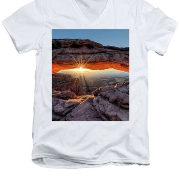 Mesa Arch Sunburst - Men's V-Neck T-Shirt
